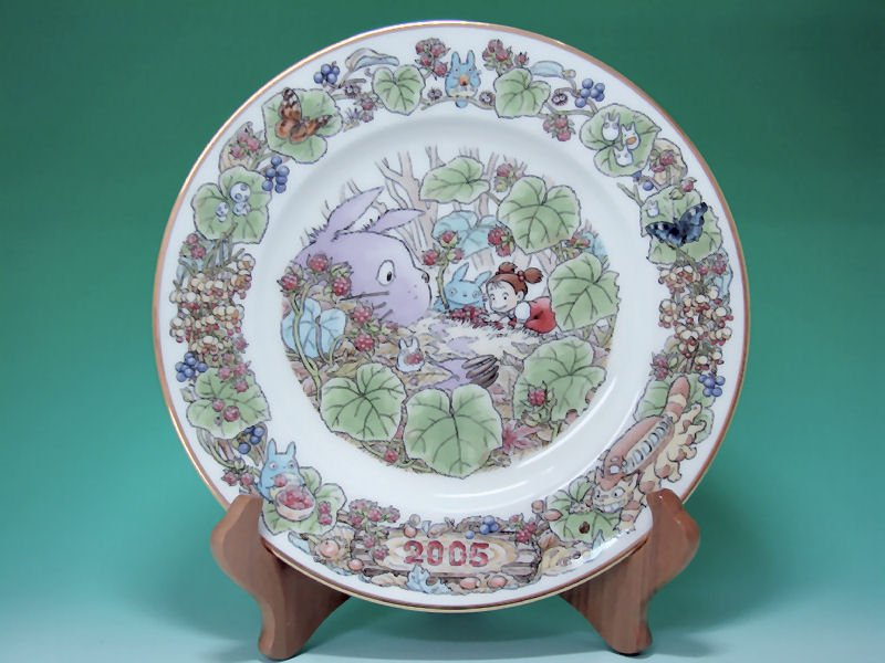 1 left - Yearly Plate 2005 - Wooden Stand - Noritake - made in Japan - Totoro - no production (new)