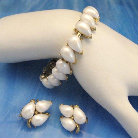 CROWN TRIFARI Vintage Bracelet Earrings Set 1958 Pearlized Cabs
