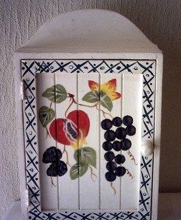 WOOD KEY HOLDER BOX / CABINET - WHITE WITH PAINTED FRUIT & BORDER