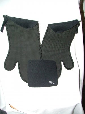 Kitchen Grips 2 Extra Length Oven Mitts and 1 Table Trivet