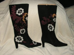 NIB 8.5M-W TALL BLACK SUEDE BOOT FLORAL APPLIQUED