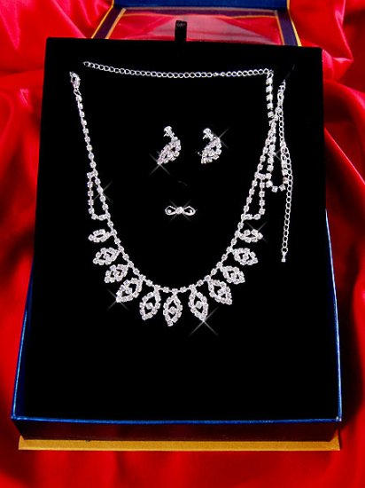 Necklace with matching earings X 033