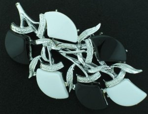Vintage Black & White Thermo Plastic Brooch Bro2020