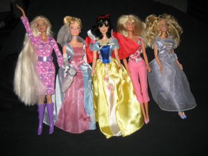 Estate Lot of 5 Collectible Dolls 4 Barbie 1 Chic Boutique