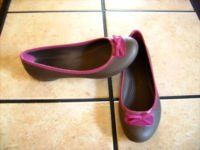 CROCSS LILY BROWN/PINK BOW FLATS SHOES