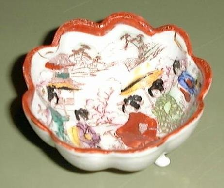 LOVELY SATSUMA SCALLOPED BOWL on 3 FEET, GEISHA DESIGN