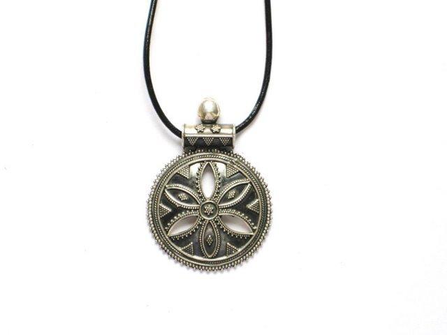 AQ011       Round Flower Sterling Silver Pendant